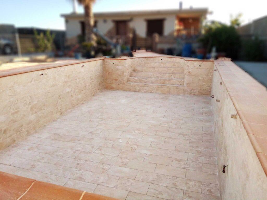revestimiento con piedra de piscina en Granada